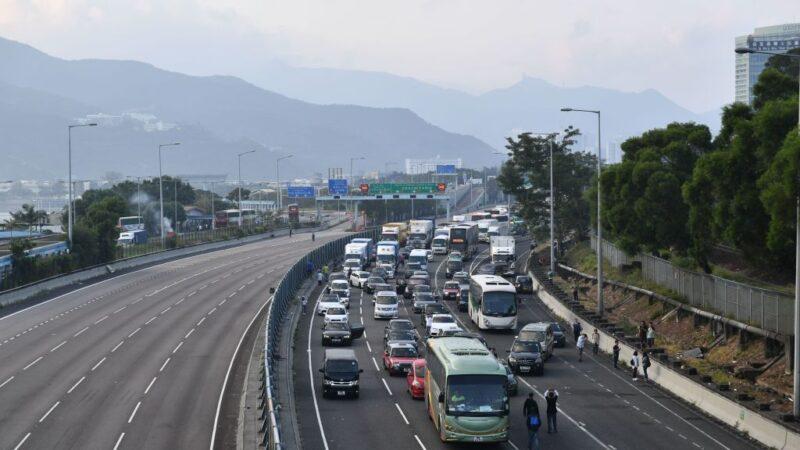 2019年11月13日,香港抗爭者遊行期間,公路上車輛停滯不前。(ANTHONY WALLACE/AFP via Getty Images)