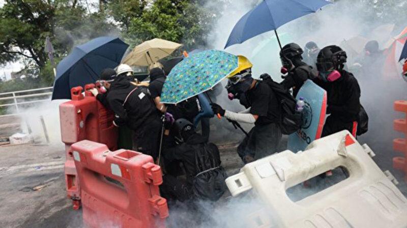 11月12日,中大學生只用雨傘及水馬擋防暴警察射來的催淚彈、布袋彈、橡膠子彈。(宋碧龍/大紀元)