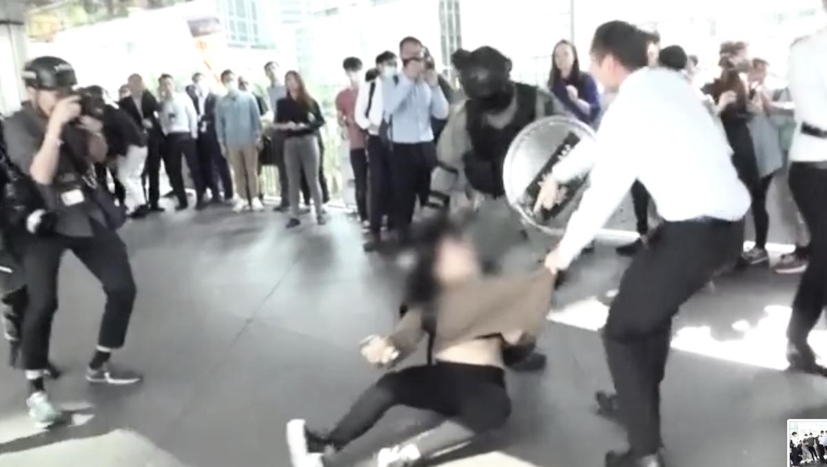 13日中午,在中環交易廣場外,警方暴力拘捕至少3人。(影片截圖)