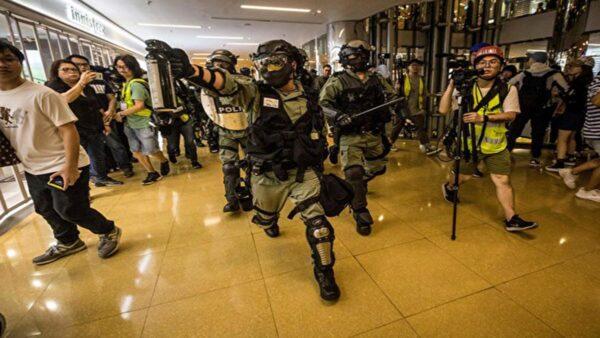 11月3日太古城發生斬人事件後,防暴警察闖入太古城商場,持胡椒噴劑追捕抗爭者。(VIVEK PRAKASH/AFP via Getty Images)