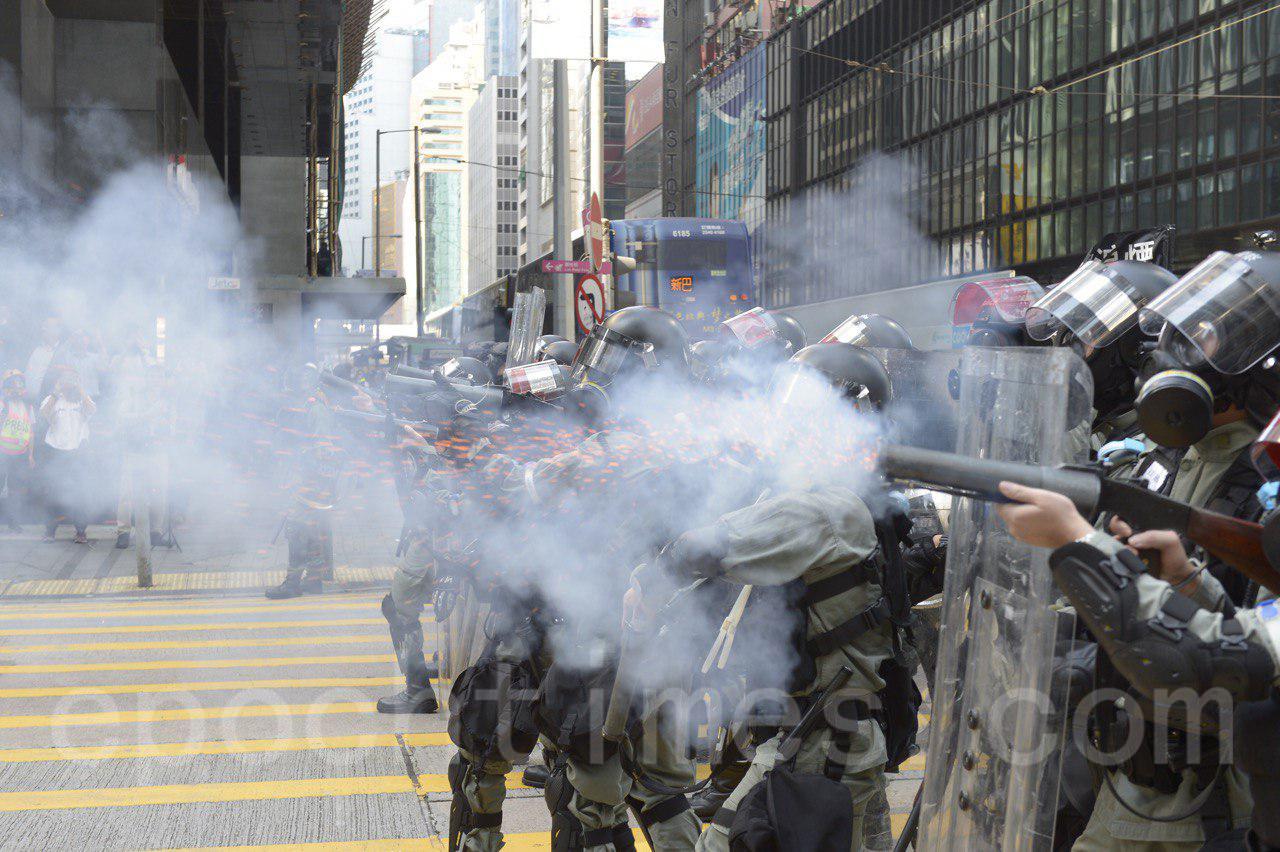 近期,警方鎮壓時使用的武力明顯升級,濫暴,濫捕引起港人強烈譴責。圖為11月11日在中環,警察發射大量催淚彈驅散抗爭市民。(余鋼/大紀元)