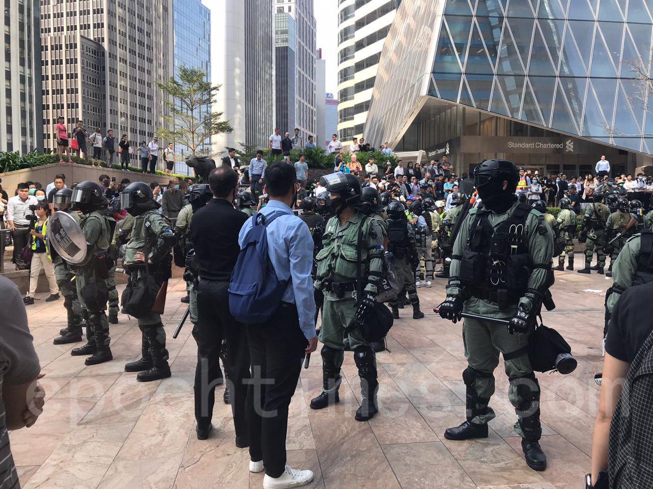 13日午休時間,在中環大批上班族走上街頭抗議港警鎮壓升級,濫暴,濫捕,大批防暴警趕往清場。(文瀚林/大紀元)