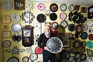牆上掛五千個時鐘 老翁調時間要五小時