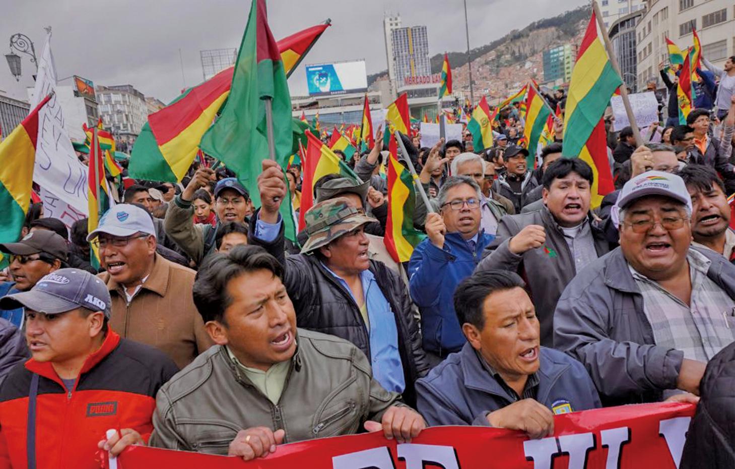 10月24日,數百名玻利維亞民眾上街,抗議莫拉萊斯當選。11月10日,美洲國家組織(OAS)發佈報告,指在玻國選舉中,他們發現投票系統「明顯被操縱」,該選舉結果應作廢並重新大選。莫拉萊斯最終黯然退位。(Getty Images)