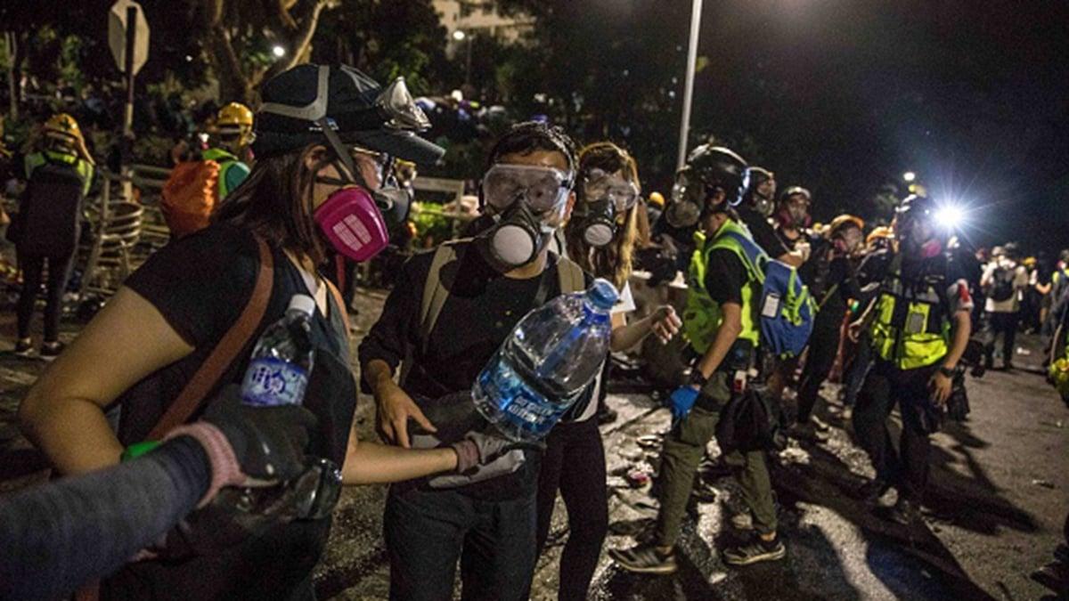 11月12日晚,港人組成人鏈往中文大學傳送物質。(DALE DE LA REY/AFP via Getty Images)