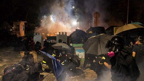 12日晚,港警強攻香港中文大學,學生誓死抗爭,雙方爆發激烈對峙,現場猶如戰場。(DALE DE LA REY/AFP via Getty Images)