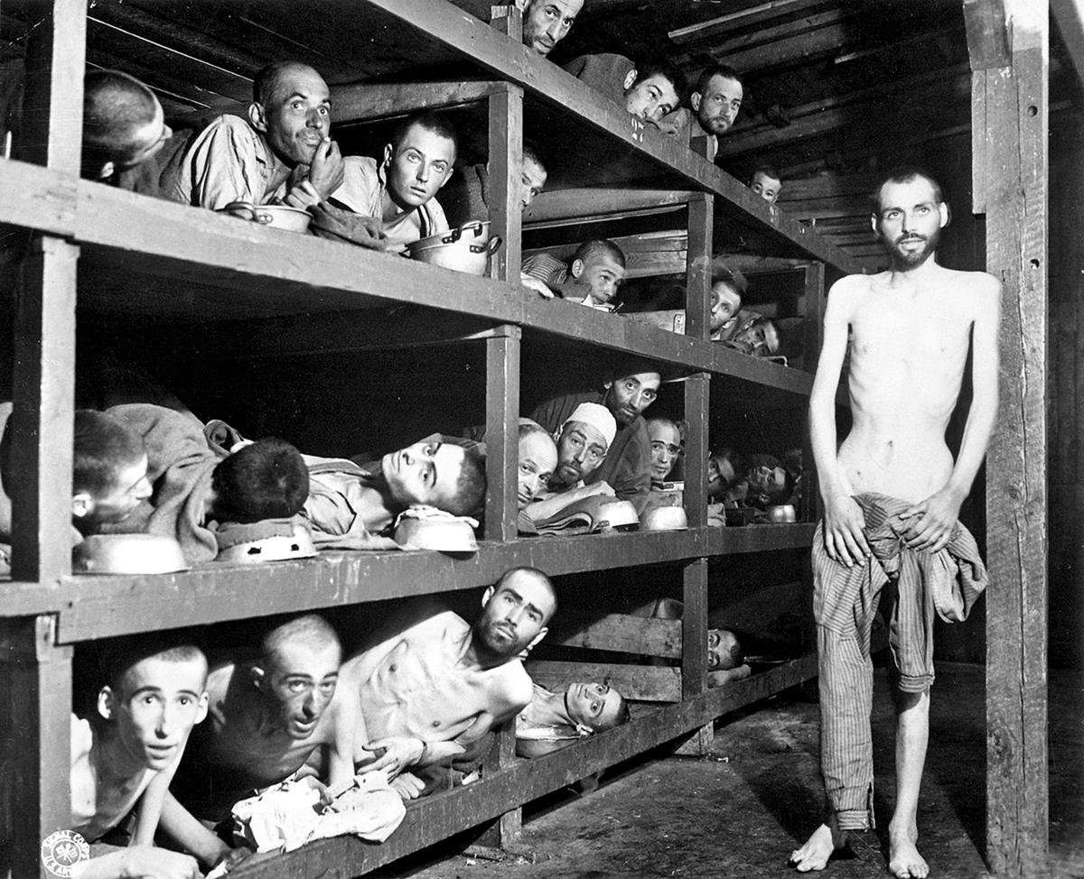 1945年美軍解放布赫瓦爾德集中營時,拍攝的營房室內照片。中鋪從左數第七人為當時17歲的維瑟爾。(維基百科)