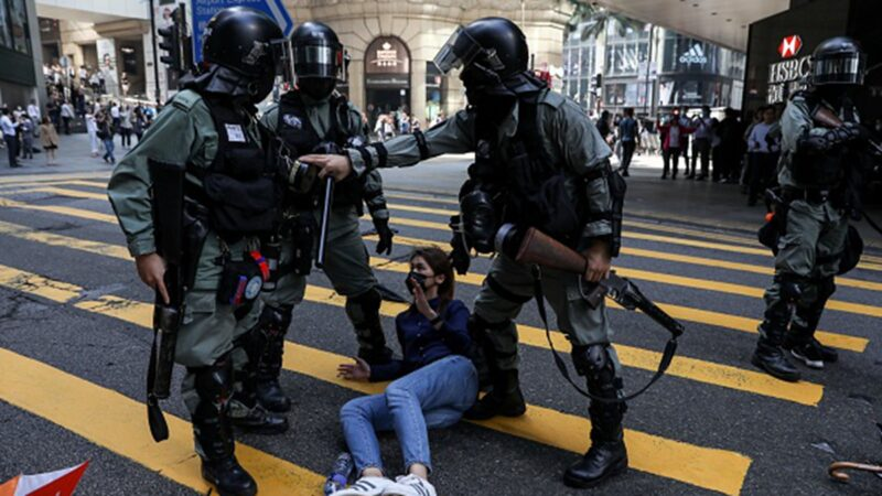 英媒評論文章指出,落實普選能讓反送中和平落幕,但中共準備更強硬鎮壓抗議者,香港的唯一出路,已被中共堵死。(DALE DE LA REY/AFP via Getty Images)