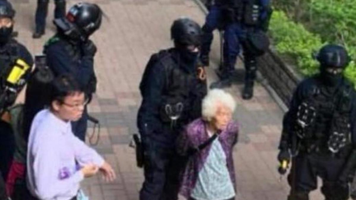 有推文爆料,有一名80來歲的老奶奶,只因為向港警質問「你們為甚麼鎮壓人民」,竟然就被當場逮捕。(推特圖片)