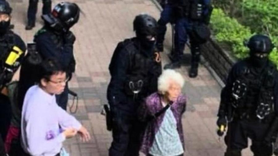 香港80多歲老奶奶被捕 只因問港警一句話