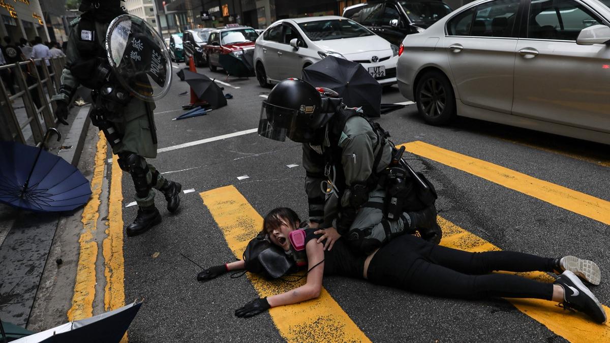 一名防暴警用盾撞街坊不果,自己卻連人帶盾撞向鐵閘,發出巨響。示意圖。(DE LA REY/AFP via Getty Images)