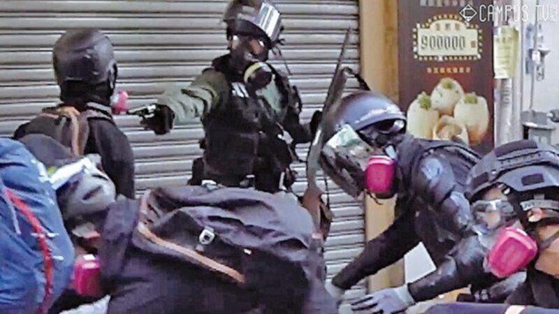 10月1日,在荃灣一名警察對準抗爭者近距離開槍。(視頻截圖)
