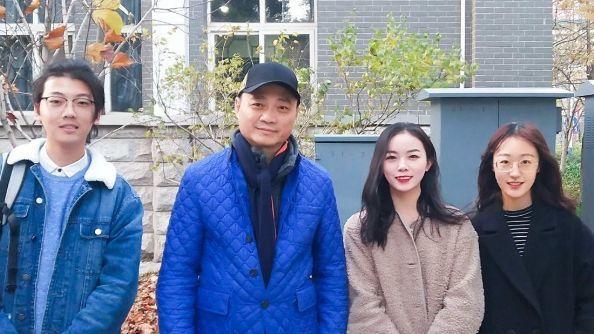 11月10日,多名網友發佈與崔永元在中國傳媒大學的合影。(網絡圖片)