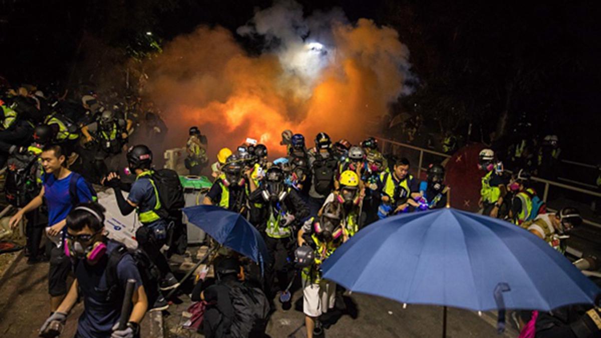 11月12日晚,香港中文大學爆發激烈對峙,引發各國大學關注和聲援。(DALE DE LA REY/AFP via Getty Images)