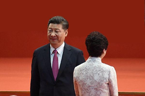 習近平與林鄭月娥背影。( ANTHONY WALLACE/AFP/Getty Images)