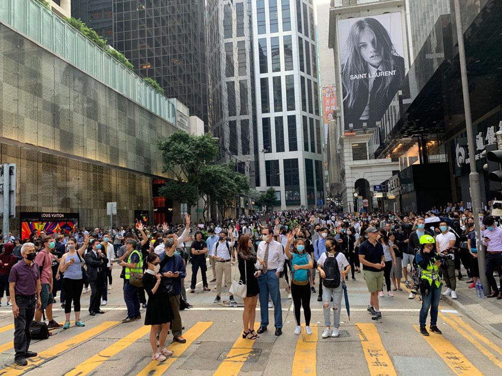 市民連續第四日在中環等商業區發起「和你Lunch」活動,昨日數百人響應號召再次走上街頭,要求政府回應5大訴求。(韓納/大紀元)