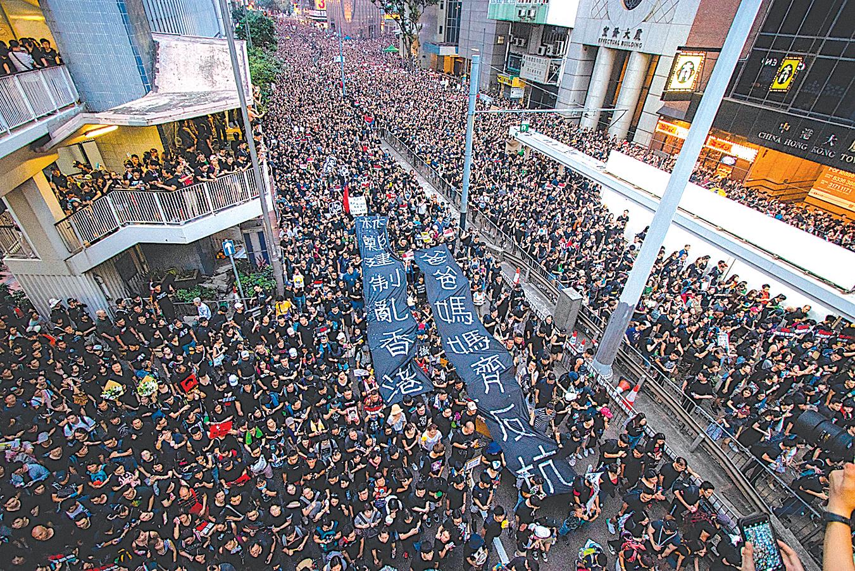 6月16日,200萬港人走街頭,反對《送中條例》並要求特首林鄭月娥下台。(蔡雯文/大紀元)