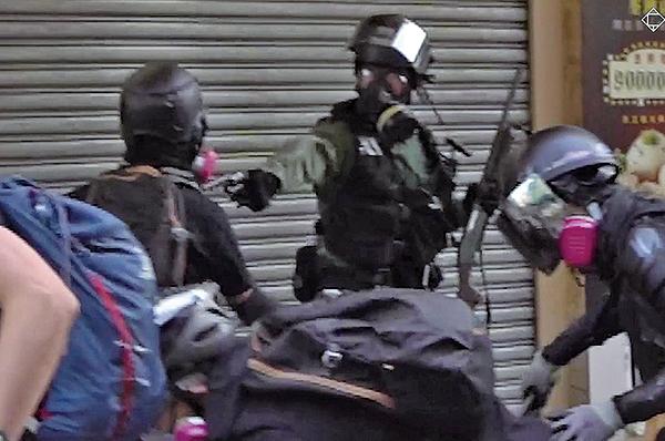 10月1日,在荃灣遭警察近距離開真槍擊中胸部的抗爭者,中五男生曾志健被控暴動、襲警等罪,11月14日提堂。(視頻截圖)