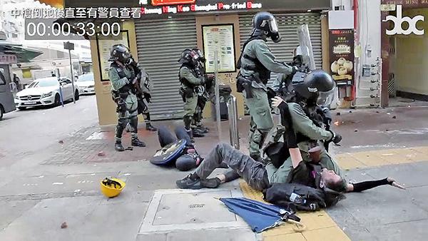 當日曾志健中槍後數分鐘未獲急救,不停地痛苦呻吟,另一被告邱宏達捨身衝前欲救他,卻被防暴警扯開倒地被制伏。邱對警員高喊:「先救他,他中槍了」,但警員拒絕。結果曾志健中槍約15分鐘後,才有救護員趕到。(視頻截圖)