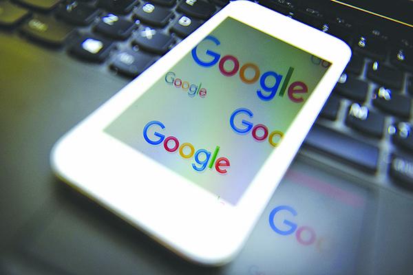一個手機屏幕上顯示的谷歌標誌。(Getty Images)