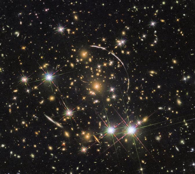引力透鏡效應拍到「宇宙萬花筒」