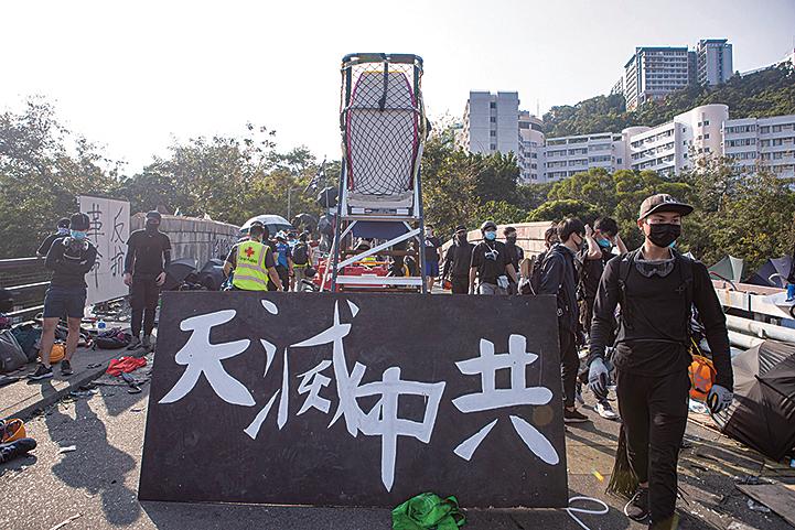 11月13日,警察闖進各大學狂轟濫捕學生,學生日夜扺抗。圖為中大學生拉起「天滅中共」橫幅。(余鋼/大紀元)
