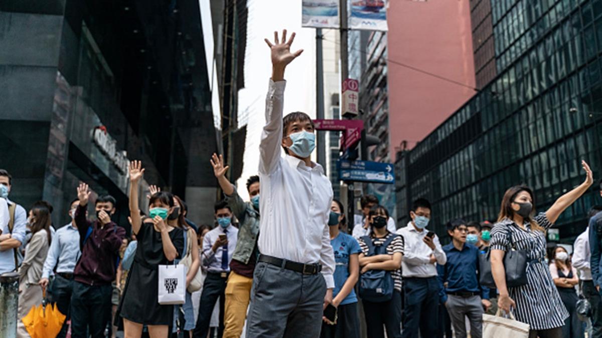 11月14日,上班族趁著午餐時間於中環及各地區集結示威聲援中大,示威者高喊「支持中大、永不言敗」。(Anthony Kwan/Getty Images)