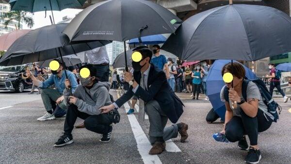 11月14日,在港島金融中心中環地區,上班族趁著午休時間,走上街頭抗議示威,聲援中大。(Anthony Kwan/Getty Images)