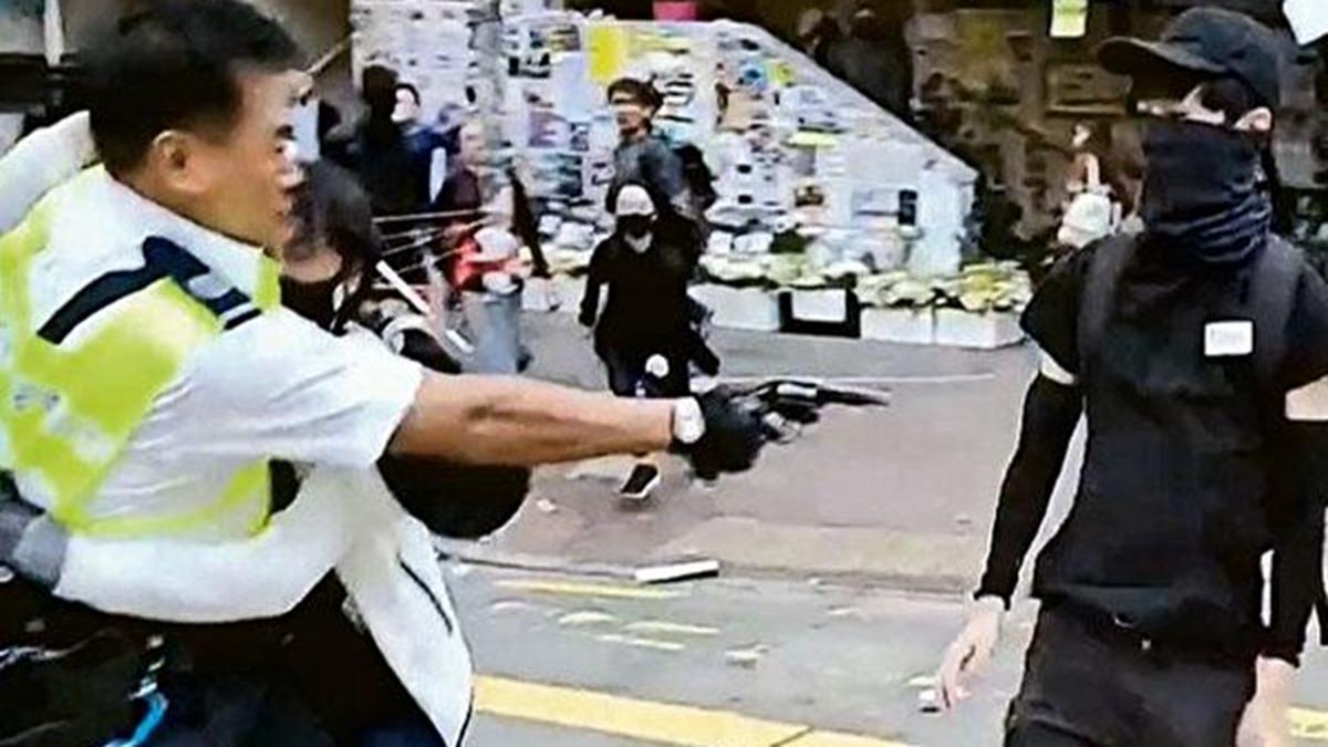 11月11日早上,在西灣河一路口,港警朝手無寸鐵的學生開槍。(影片截圖)