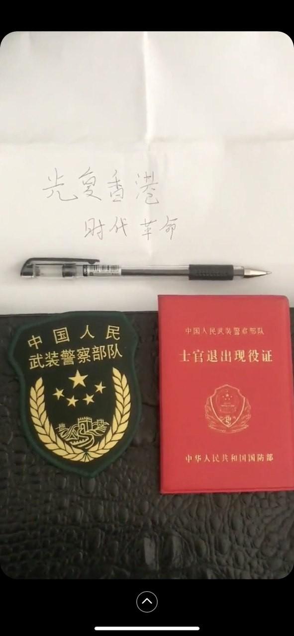 一名前武裝警察部隊警員親筆寫下「光復香港,光榮革命」8個大字。(擷取自PTT)