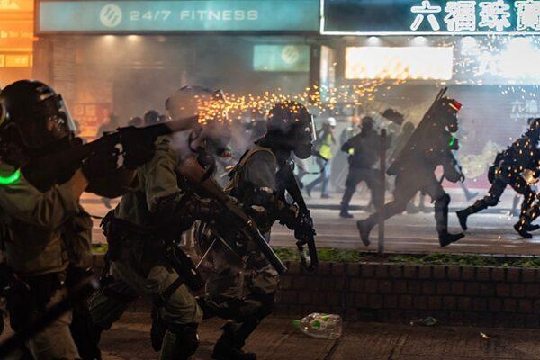 警方狂射催淚彈清場。(Anthony Kwan/Getty Images)