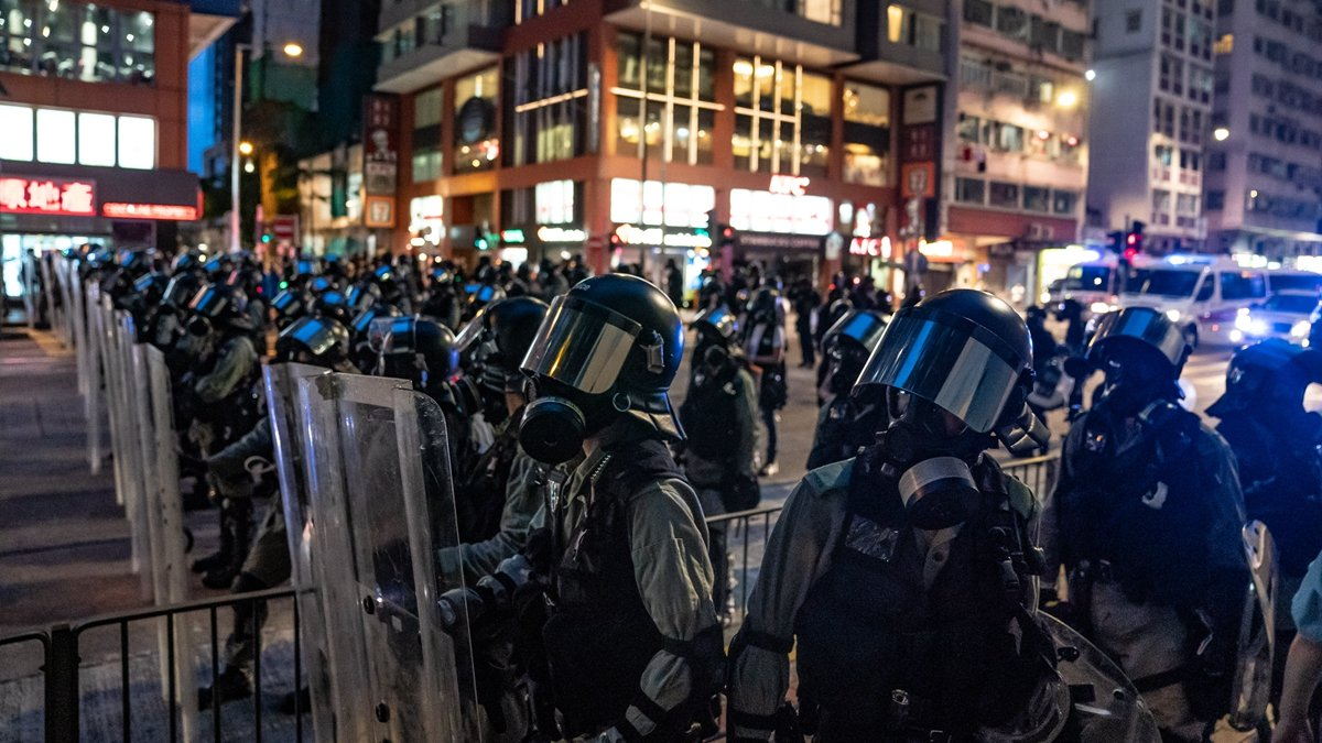 有英媒發現,港警疑似平均長高10厘米,質疑中共軍隊正在秘密上演天安門大屠殺。(Anthony Kwan/Getty Images)