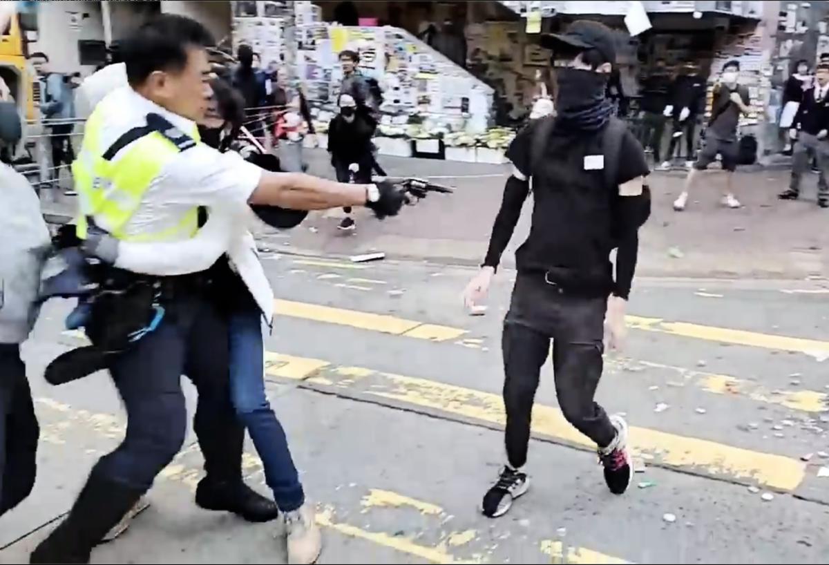 11月11日,在香港西灣河發生警察開槍射傷抗爭學生事件。(影片擷圖)