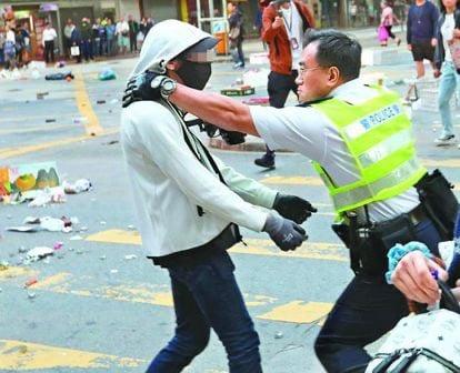 11月11日,西灣河開槍涉事警主動迎上去,把槍頂住白衣人胸口,被指這一威脅舉動明顯違反警察條例。(影片截圖)