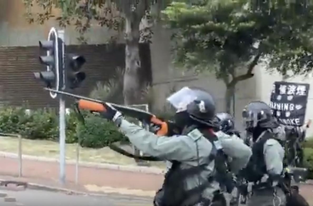 11月12日上午防暴警在圍攻城大時,現場警察用喇叭下令「射擊頭部」。(影片截圖)