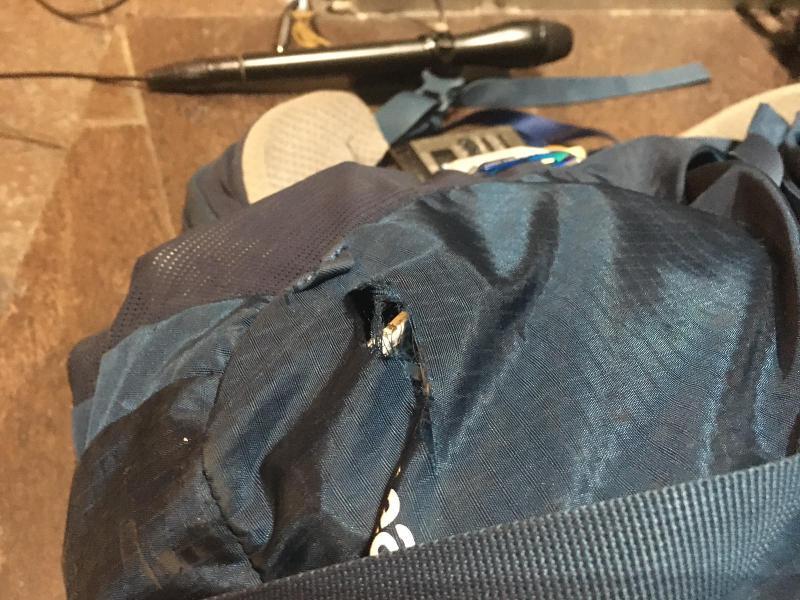 商台記者背囊懷疑被海綿彈射穿一個洞(商台新聞)