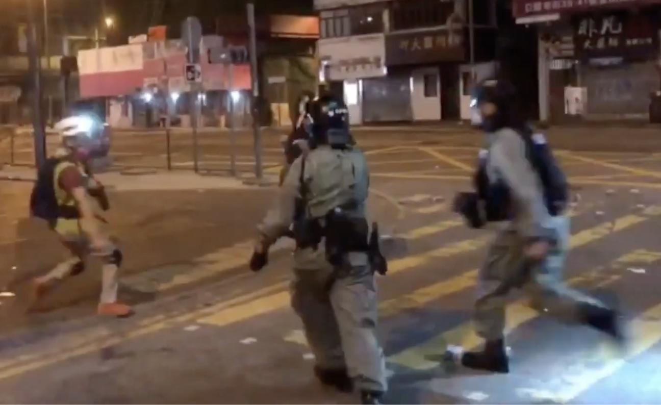 16日凌晨,在旺角,防暴警暴力驅趕記者,並向記者開槍 海綿彈擊碎背囊中面罩。(影片截圖)