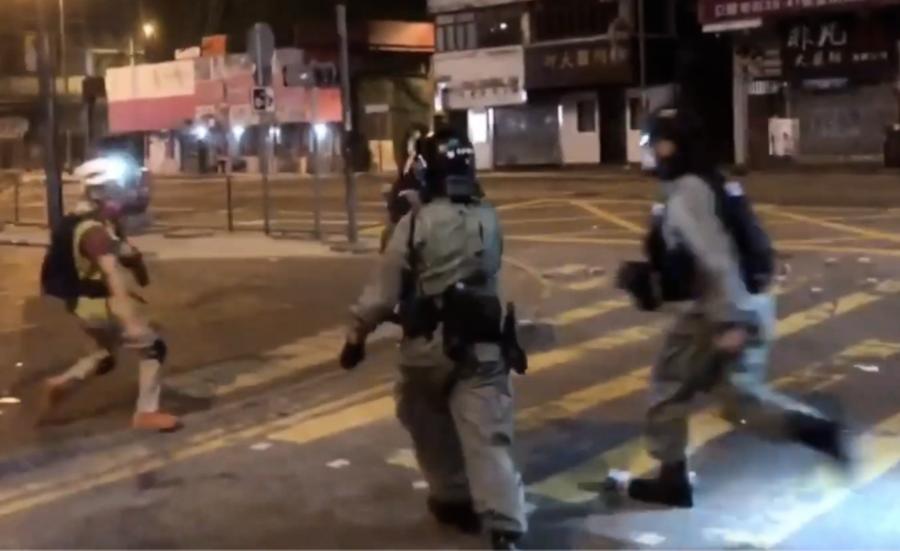 旺角 警察向記者開槍 海綿彈擊碎背囊中面罩