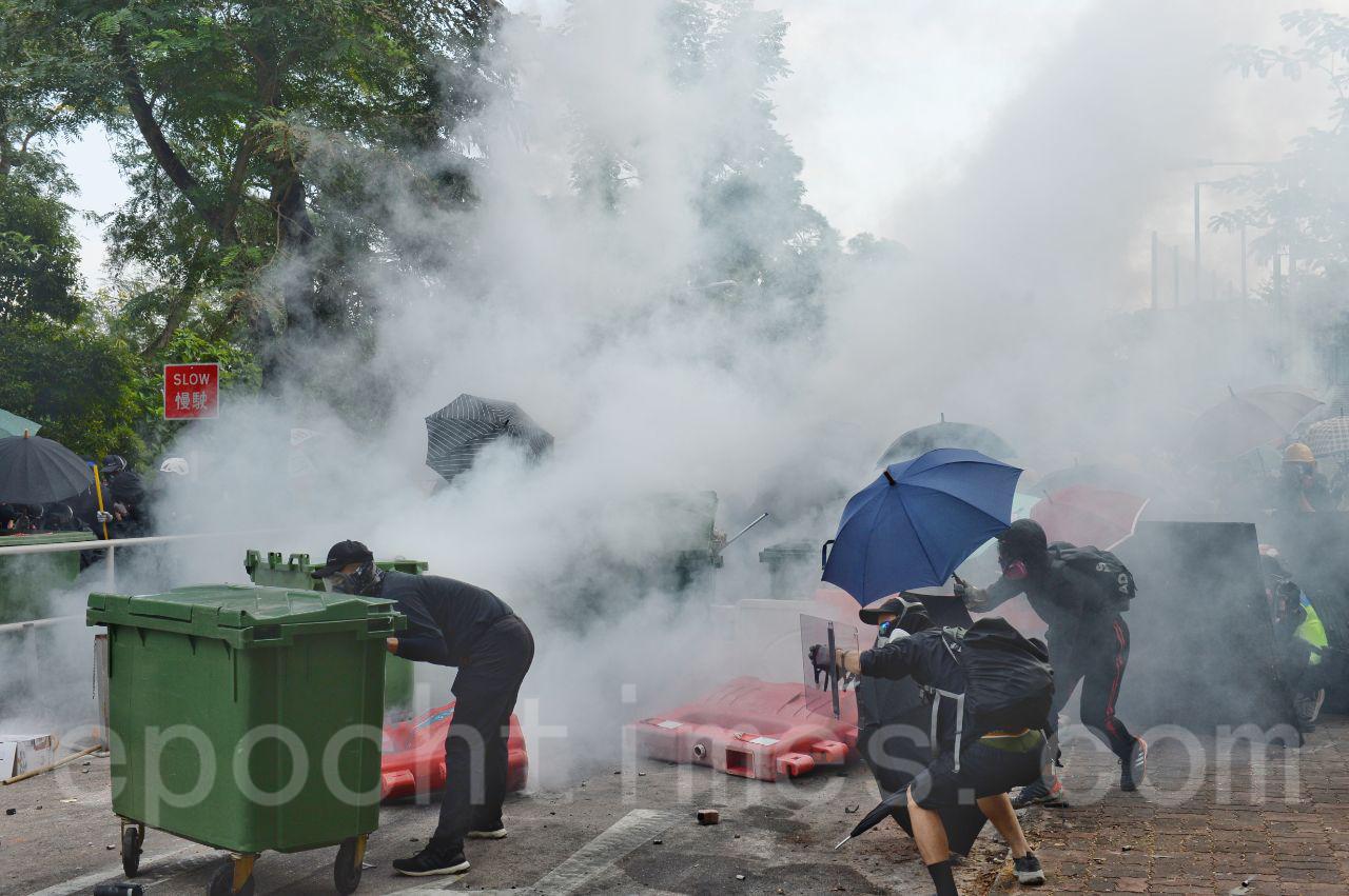 11月12日,防暴警發射2千多枚催淚彈,持續2個半小時。專家指,催淚彈的煙霧危害周邊生態和市民健康。(宋碧龍/大紀元)