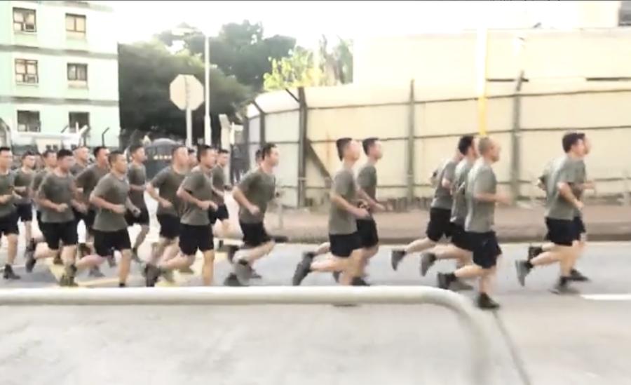 中共軍隊「搬磚」  在港玩「斯德哥爾摩綜合症」把戲