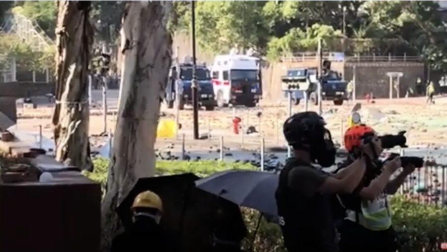 【理工告急】水砲車和裝甲車都在現場 警察從裝甲車頂射催淚彈
