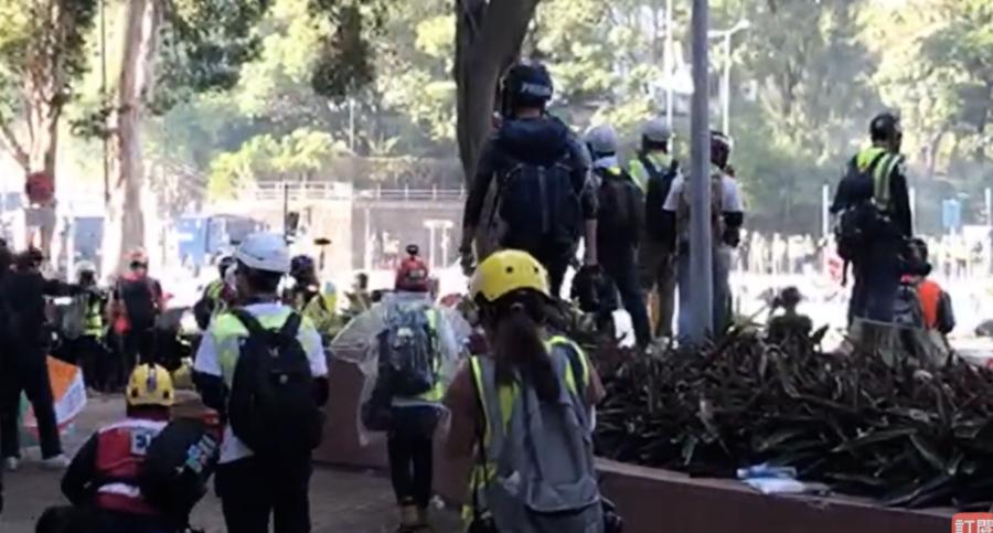 【理大告急】警方要求記者離開 學生為保護校園留守