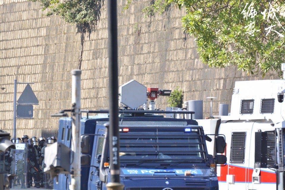 可以清楚看到裝甲車上的聲波槍(理大編委)