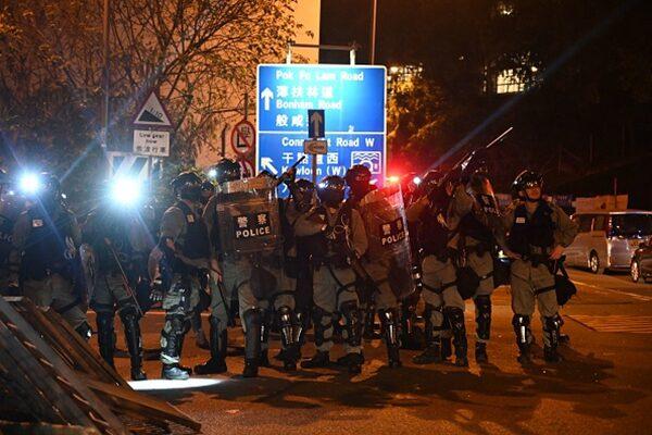 香港警隊11月16日再度強攻大學校園,理工大學學生與防暴警察對峙。(YE AUNG THU/AFP via Getty Images)
