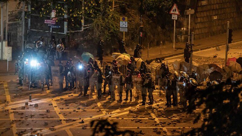 11月16日晚,香港理工大學學生與防暴警察又爆發激烈對峙。(Anthony Kwan/Getty Images)