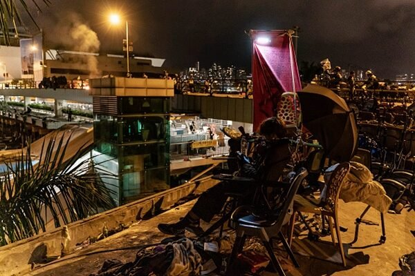 11月17日凌晨,香港理工大學學生在校園內堅守。(Anthony Kwan/Getty Images)