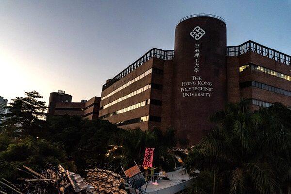 17日凌晨時分,香港理工大學的學生們全部退回校園內,並將出入通道封閉,用「傘陣」架設防線。(Anthony Kwan/Getty Images)