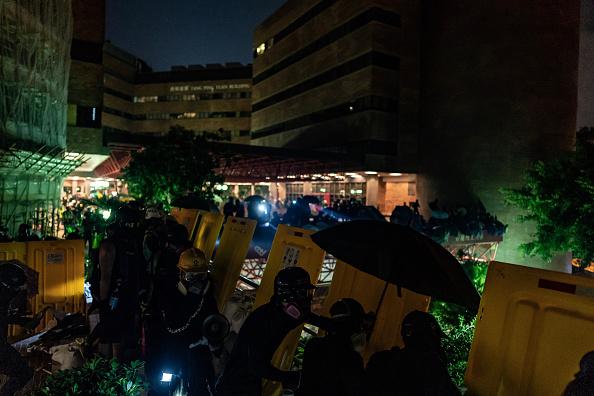 香港理工大學學生在校園內堅守。(Anthony Kwan/Getty Images)