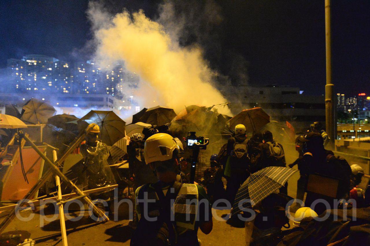 17日防暴警猛攻理大校園,雙方展開激烈攻防戰。(宋碧龍/大紀元)
