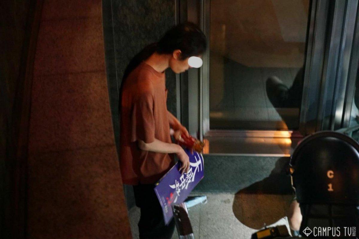 17日晚上警察在中環一帶截查,手持「天滅中共」海報,一位男子被拘捕。(網絡圖片)